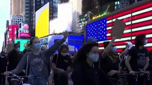 بازداشت ۷۰۰ نفر در نیویورک/ مقررات منع آمد و شد تا پایان هفته تمدید شد