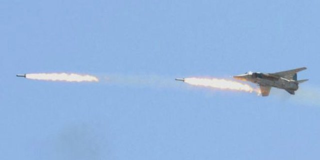 حملات شبانه جنگندههای سوریه به مواضع تروریستها در حومه حماة