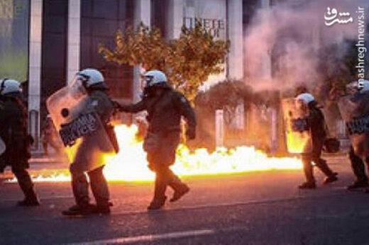 ببینید | حمله معترضین با کوکتل مولوتوف به سفارت آمریکا