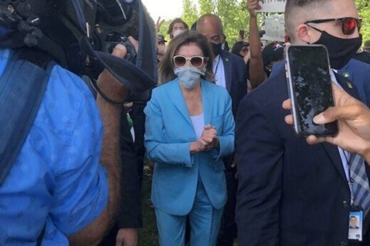 ببینید | حضور نانسی پلوسی در جمع تظاهرکنندگان در واشنگتن