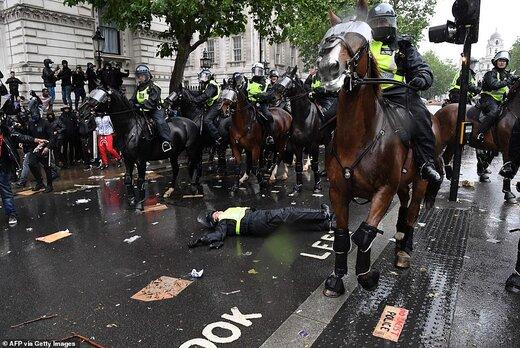 معترضان پلیس اسکاتلندیارد را از اسب پرت کردند؛ اسب فرار کرد!/عکس
