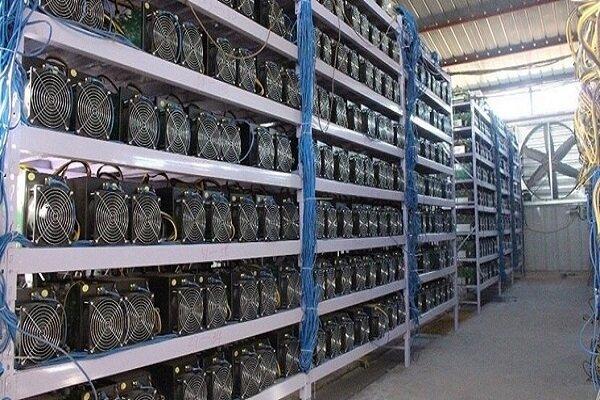 کشف ۲۵ دستگاه استخراج ارز دیجیتال از یک شرکت تولیدی در ساوه