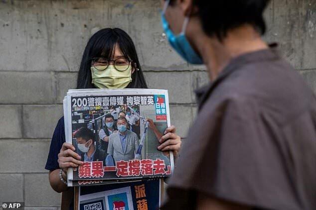 """هجوم هنگکنگیها برای خرید روزنامه متعلق به """"جیمی لای"""""""