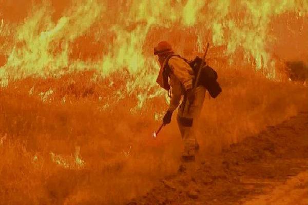 آتش سوزی در کالیفرنیا همچنان ادامه دارد