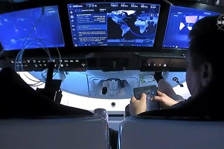 آیپد فضانوردان اسپیس ایکس در مسیر بازگشت به زمین دچار باگ شده بود
