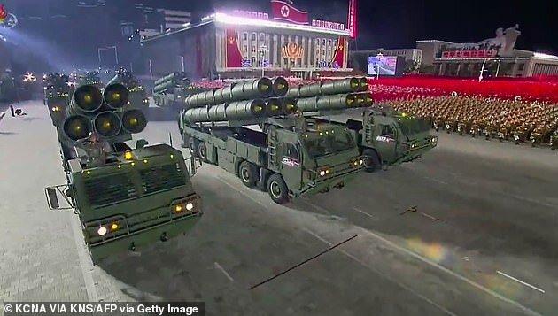 کره شمالی کتاب تصویری از موشکهای بالستیک قاره پیما و سلاحهای دیگر منتشر کرد