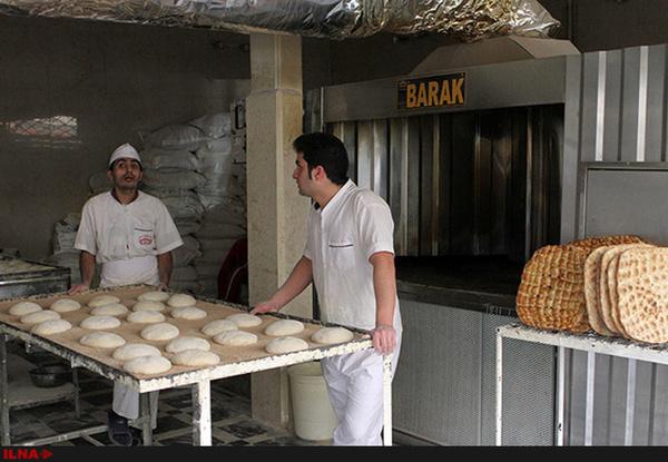 خالص دریافتی هر کارگر ۱ میلیون و ۵۰۰ هزار تومان است/ ۷ کیسه آرد نان بپزیم، ۷۰ هزار تومان مزد میگیریم/ دستمزد روزانه ما معادل خرید یک مرغ است