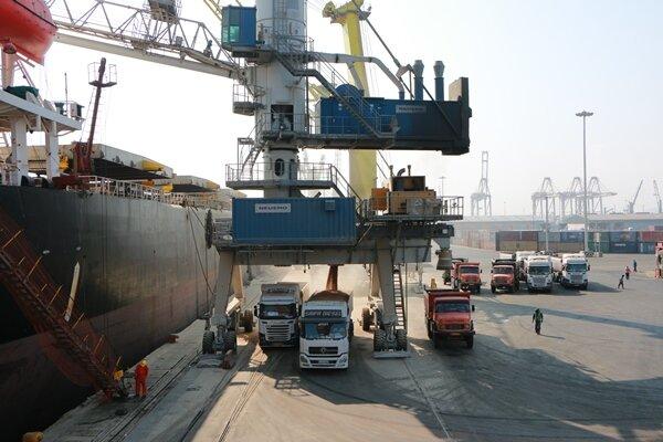 پشت پرده واردات خودرو، بوش و موز/۶۰۰هزار تن کالای متروکه در بنادر