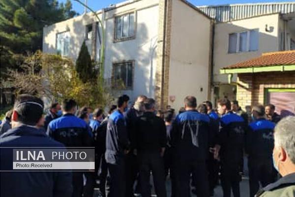 تجمع کارگران لاستیک پارس در محوطه مجتمع برای چندمین روز متوالی/ بعد از خصوصیسازی هیچ کس مطالبات ما را جدی نمیگیرد!