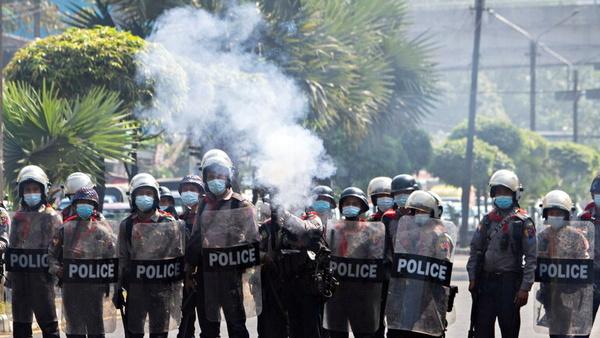 توسل پلیس میانمار به گلولههای لاستیکی برای متفرق کردن معترضان علیه کودتا