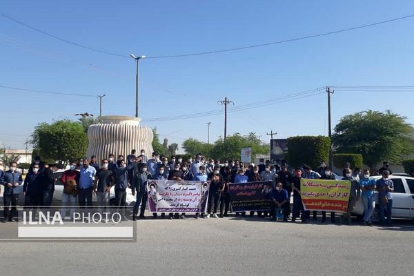 تجمع کارگران فرآوردههای نفتی مقابل فرمانداری ماهشهر/ کارگران خواهان اجرای طرح طبقهبندی مشاغل هستند