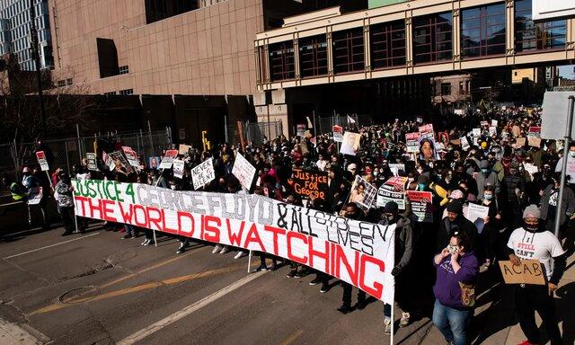 تاخیر در دادگاه قاتل جورج فلوید؛ تجمع معترضان آمریکایی با شعار عدالت نژادی