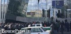 تجمع سهامداران مقابل ساختمان بورس تهران و پایین کشیدن پرچم