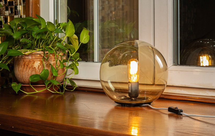 [گالری عکس] چراغ آیکیا مدل FADO؛ گوی نورانی رومیزی