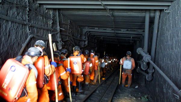 تلاش امدادگران چینی برای نجات ۲۱ کارگر گرفتار در معدن ذغال سنگ