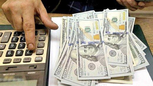 فاصله قیمت دلار در صرافی ملی و بازار آزاد بالا رفت/افزایش تقاضای دلار در صرافیهای بانکی