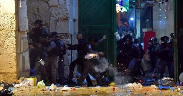 وقوع درگیریهای شدید در مسجدالاقصی/ ۱۳ فلسطینی زخمی شدند
