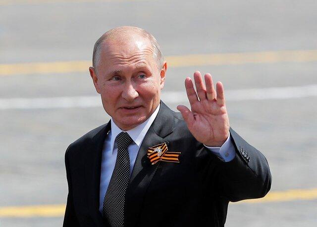 پوتین به تماشای اقتدار نظامی روسیه مینشیند