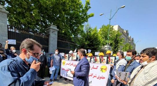 کارکنان شرکت توزیع برق مقابل مجلس تجمع کردند/ مطالبه لغو آزمون استخدامی و همسازانسازی حقوق