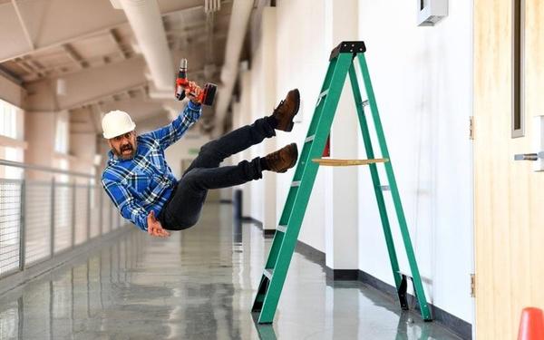 دلایل و قوانین حوادث کار در اثر عدم استفاده از لباس کار و تجهیزات ایمنی