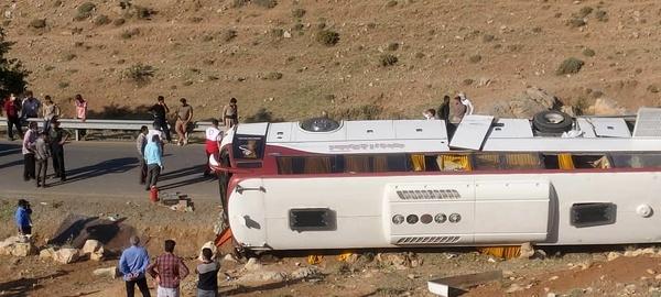 علت تصادف اتوبوس حامل خبرنگاران سرعت غیرمجاز و عدم کنترل خودرو بود/ اتوبوس صورت وضعیت ندارد و پلیس راه باید جلوی تردد را میگرفت
