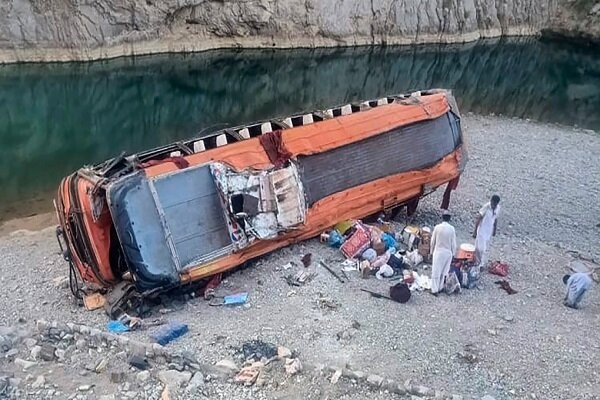 واژگونی اتوبوس در پاکستان/ ۷۰ نفر کشته و زخمی شدند