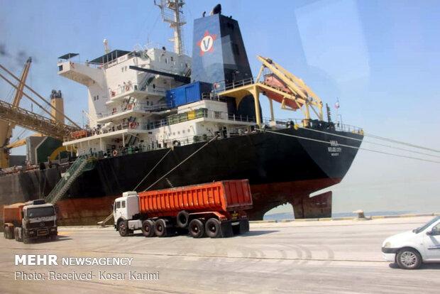 تخلیه کشتی های حامل کالاهای اساسی سرعت گرفت