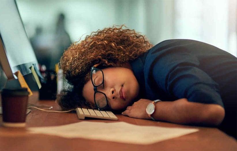 ۱۰ دلیل برای اینکه چرا بعد از کار بیشازحد خسته هستید