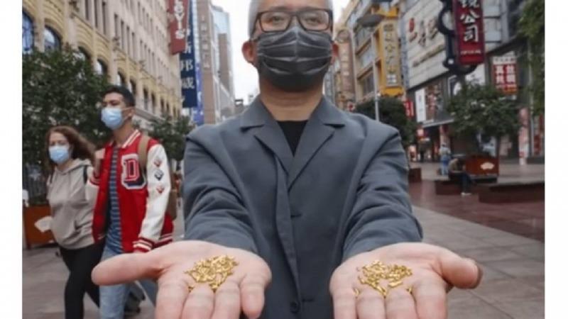 پرتاب کردن هزار قطعه طلا در سطل زباله به نشانه اعتراض